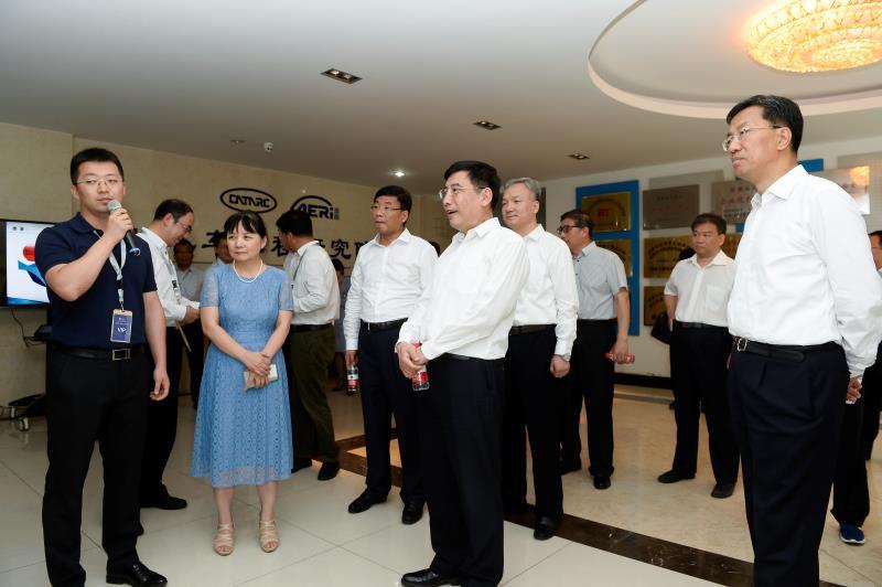 国家工信部和天津市领导视察世界智能驾驶大赛清智展板区域